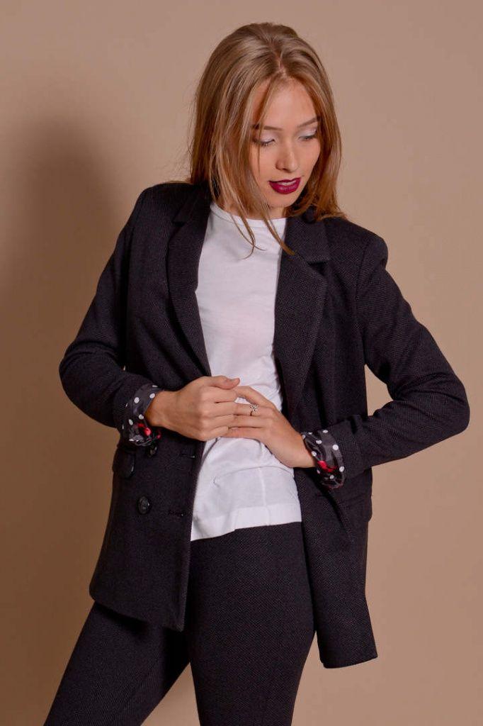 8c811d6f Жакет или блейзер – для наступающей осени, подходящий под основные сочетания  в одежде. Отлично скроенный, из теплой костюмной ткани, без вычурных деталей .